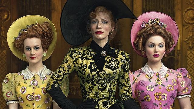 La matrigna di Cenerentola (Cate Blanchett) e le sorellastre (Sophie McShera e Holliday Grainger)