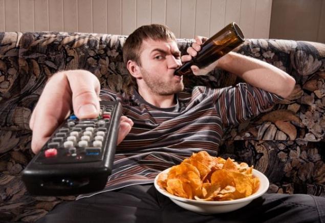 Le pessime abitudini degli italiani sedentari: divano, alcol e cibo spazzatura (www.arsenaledelcopy.com)