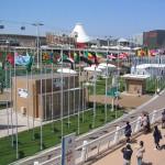 Una panoramica del sito dell'Expo di Aichi, regione di cui si trova Nagoya. Qui: il viale con le bandiere e i padiglioni delle corporation