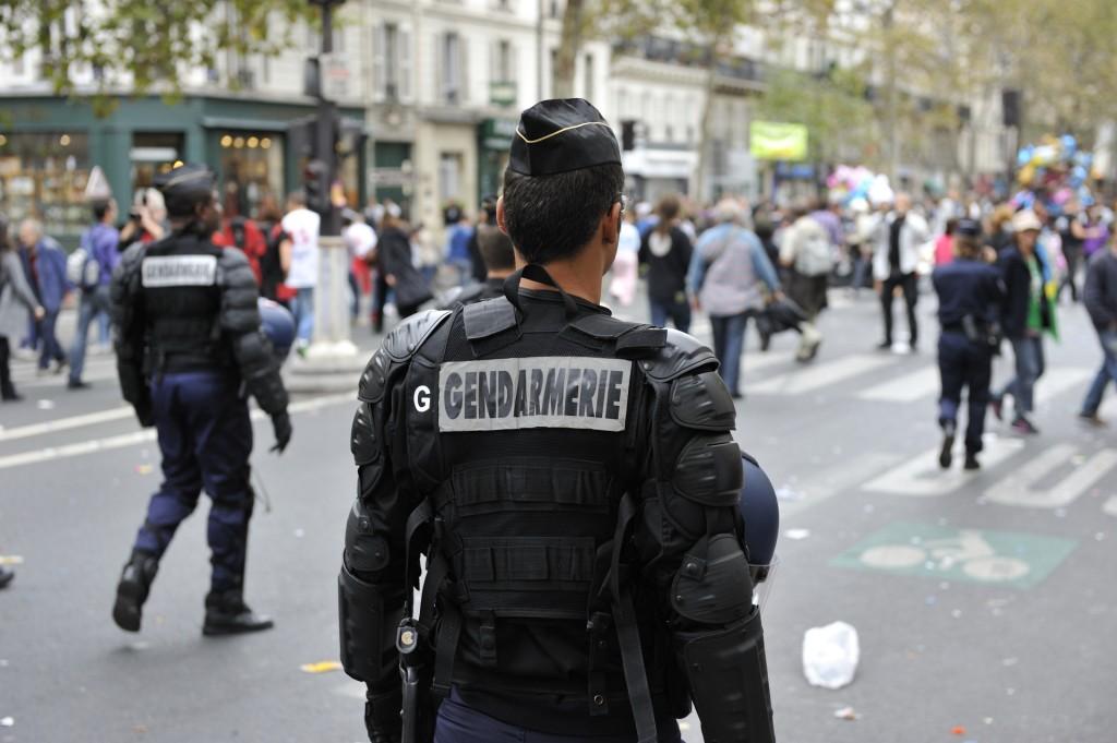 Poliziotto parigino (www.commons.wikimedia.org)