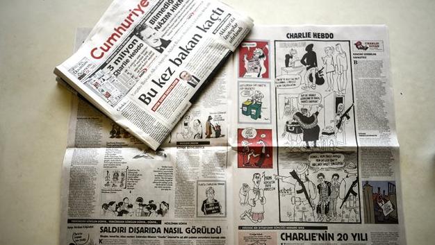 Il numero di Cumhuriyet contenente le vignette del settimanale satirico Charlie Hebdo