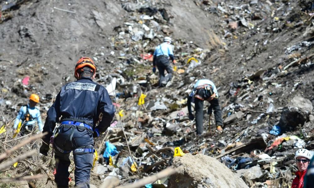 I soccorsi dopo lo schianto dell'aereo (www.panorama.it)