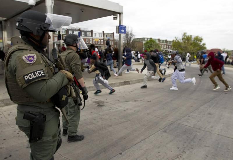 Pesanti gli scontri tra i neri e la polizia a Baltimora dopo i funerali di Freddie Grey (www.quotidiano.net)