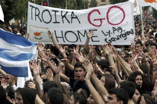 """Atene, una manifestazione contro la """"Troika"""", un organismo di controllo finanziario informale costituita da Commissione Europea, Banca Centrale Europea e Fondo Monetario Internazionale."""
