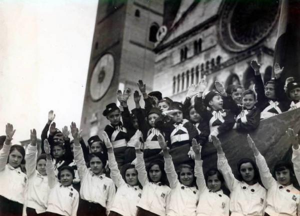 Il saluto dei bambini italiani all'epoca fascista (www.lombardiabeniculturali.it)