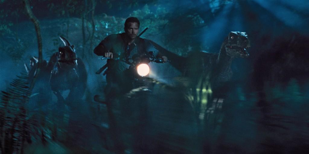 Owen Grady (Chris Pratt) e i suoi Velociraptor in una scena del film