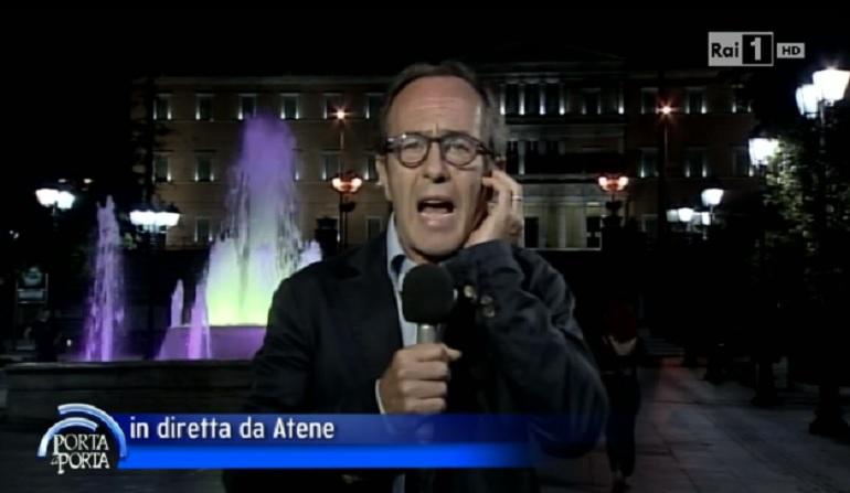 L'inviato in Grecia di Porta a Porta Fabio D'Alfonso mentre racconta la sua disavventura (www.giornalettismo.com)