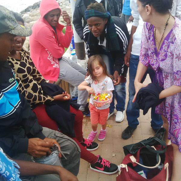 La bambina che offre caramelle e sorrisi ai migranti (www.thesocialpost.it)