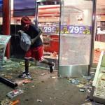 Scene di negozi assaltati e depredati durante le proteste a Ferguson, Missouri, dopo l'omicidio di Micheal Brown da parte della polizia