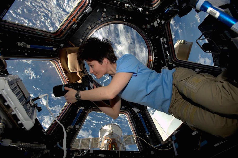 """Samantha Cristoforetti mentre scatta foto """"spaziali"""" (www.ilpost.it)"""