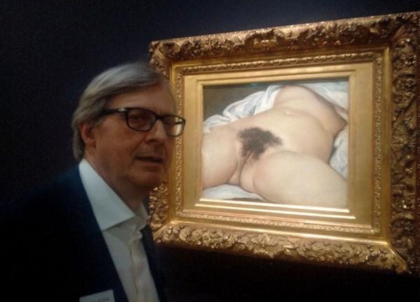 Vittorio Sgarbi accanto a L'origine du monde di Gustave Courbet (fonte: facebook.com)