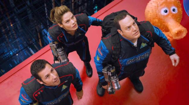 Sam (Adam Sandler), Violet (Michelle Monaghan), il Presidente Cooper (Kevin James) e Q*bert combattono contro Donkey Kong in una scena del film
