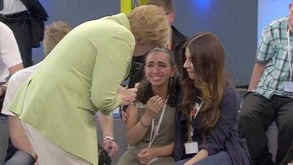 Il pianto di Reem Sahwil di fronte a Angela Merkel (fonte: indiscreto.info)