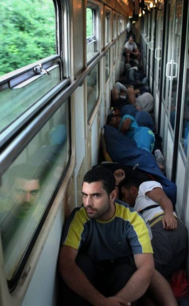 Il viaggio verso Budapest di queste persone ricorda in maniera inquietante le deportazioni degli ebrei ungheresi del 1944 (www.leggo.it)