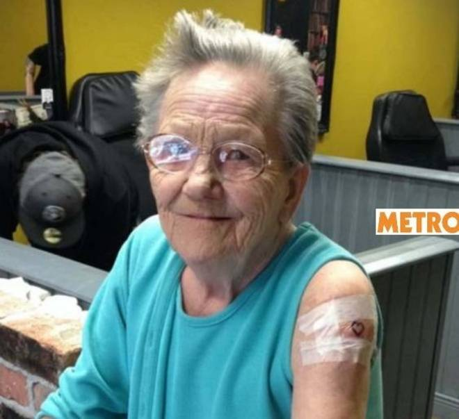 Sadie Sellers, la nonna 79enne in fuga dalla casa di riposo per farsi il primo tatoo della sua vita (www.metro.uk)