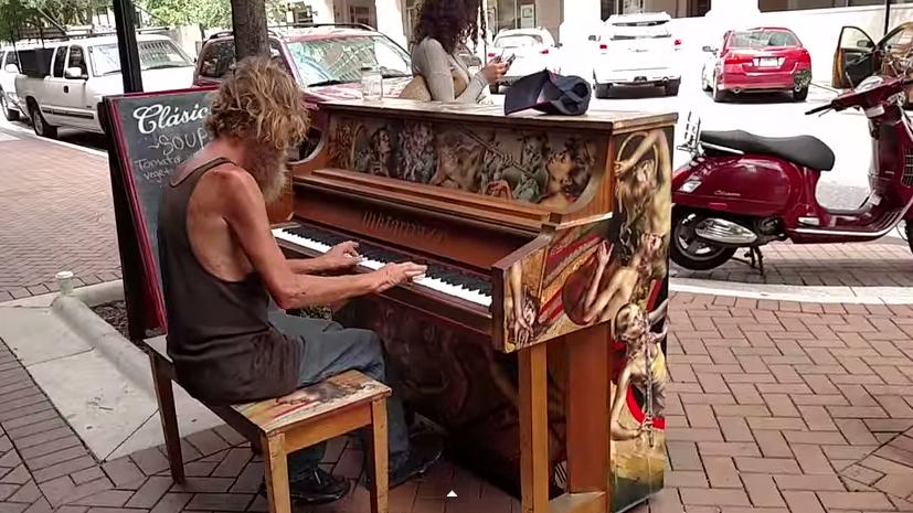 senzatetto suona il piano