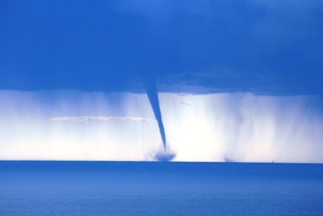Una tromba d'aria al largo della costa di Sanremo, in Liguria, risalente al 2011 (www.sanremonews.it)