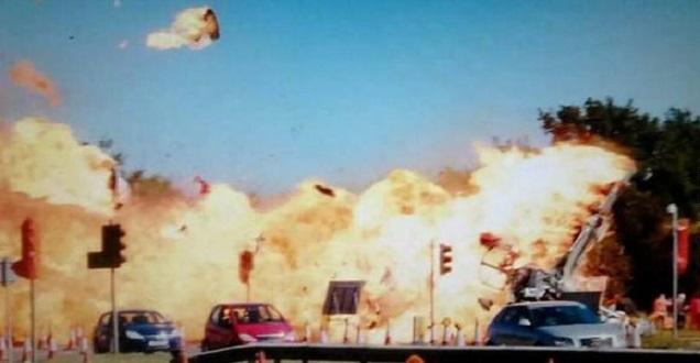 L'aereo acrobatico è precipitato proprio accanto all'autostrada sottostante (notizienazionali.it)