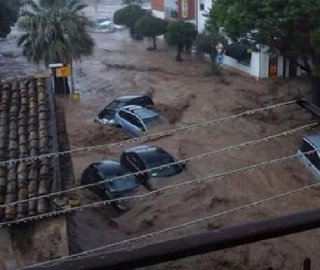 Il potente nubifragio ha portato con sé automobili e distrutto strade (meteoweb.eu)