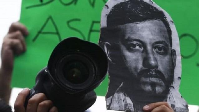 Un'immagine ritraente Ruben Espinosa, il fotoreporter ucciso venerdì scorso. Lavorava a un reportage sulla corruzione nel paese (repubblica.it)