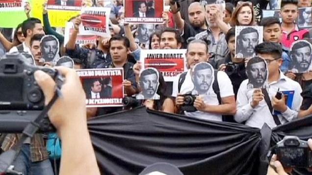 La folla in piazza. Sotto accusa la censura e il silenzio delle istituzioni (euronews.com)