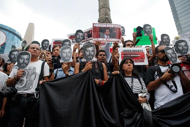La folla in piazza per difendere la libertà d'informazione dopo l'omicidio del fotoreporter Ruben Espinosa (internaizonale.it)