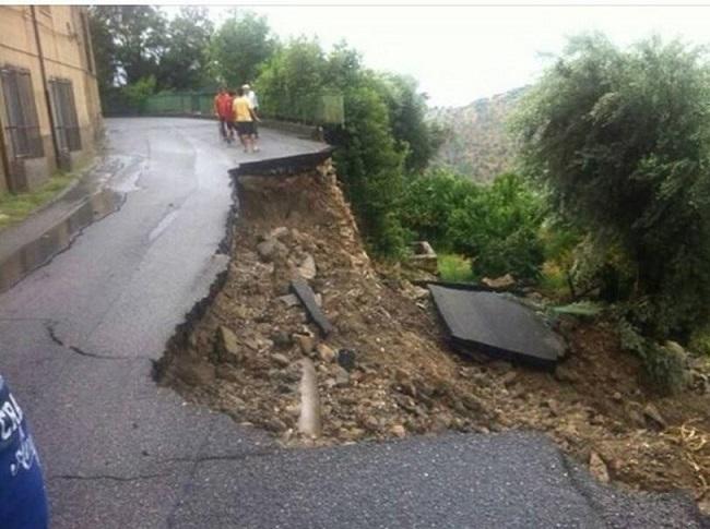 La tremenda alluvione di ieri in Calabria ha distrutto anche strade e terreni agricoli (centrometeoitaliano.it)