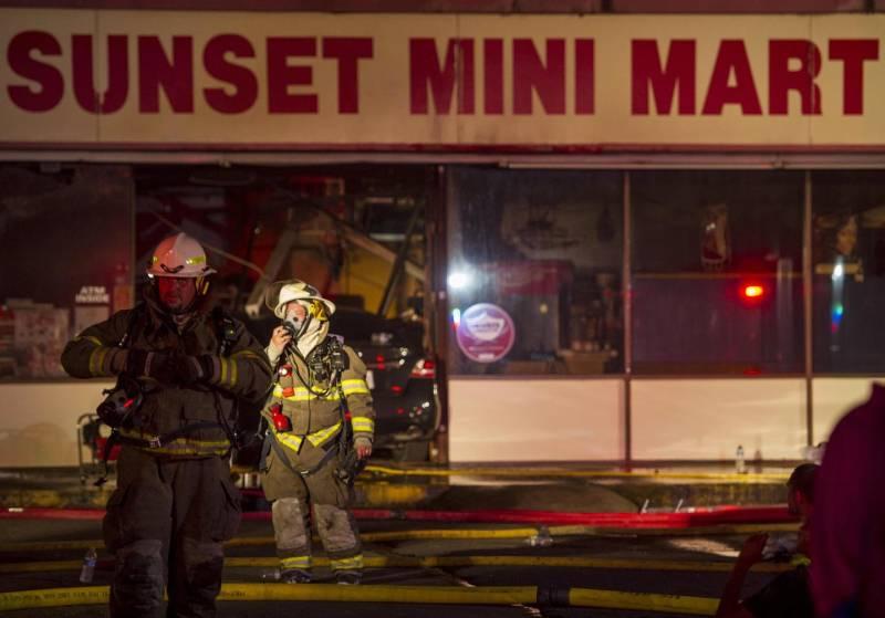 L'auto del folle travestito da Rambo che ha sfondato la vetrina del mini-market (www.quotidiano.net)