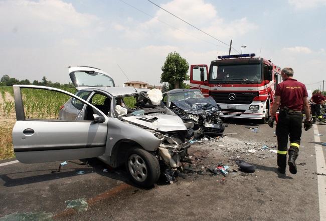 Tra le cause degli incidenti stradali rentra anche la distrazione provocata dall'uso di smartphone al volante (12alle12.it)