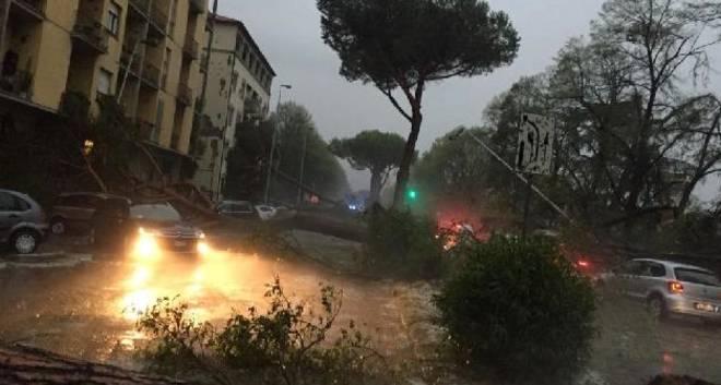 La tempesta d'acqua che si è abbattuta ieri nel tardo pomeriggio a Firenze (www.leggo.it)