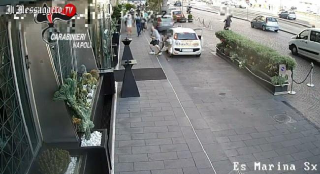 Un fotogramma dal video dello scippo (video.ilmessaggero.it)