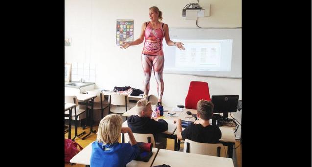 docente si spoglia per spiegare l'anatomia