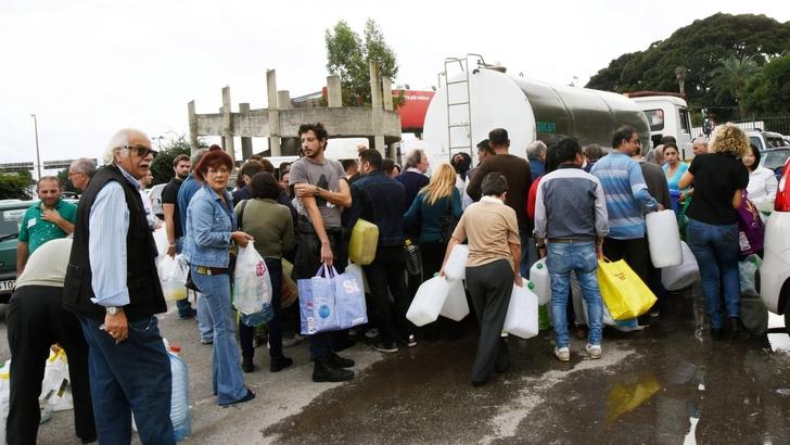 Messinesi in fila per prendere acqua dalle autocisterne (www.tuttosport.com)