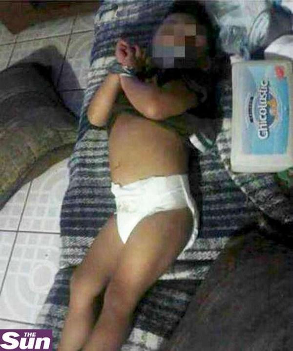 La foto del bambino legato con il nastro adesivo (fonte: leggo.it)
