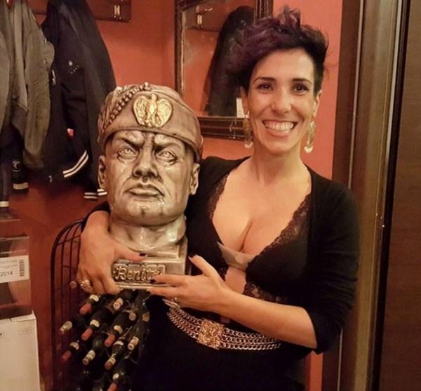 La foto di Desiré Manca con il busto di Benito Mussolini (fonte: ilgiornale.it)