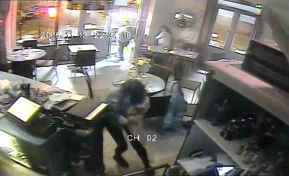 Lucille entra nel ristorante tenendosi il braccio ferito (www.dailymail.co.uk)