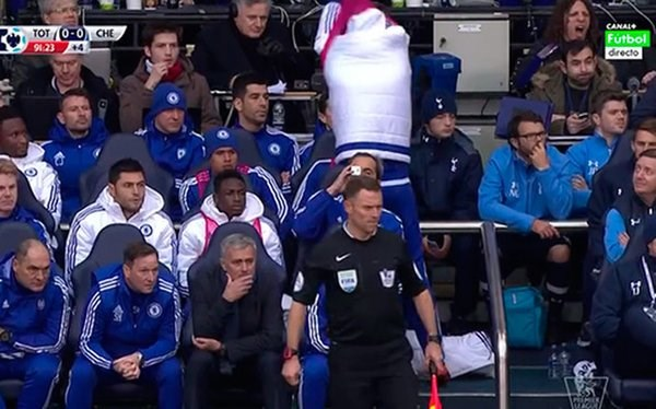 Diego Costa lancia la pettorina contro José Mourinho (conte: twitter.com)