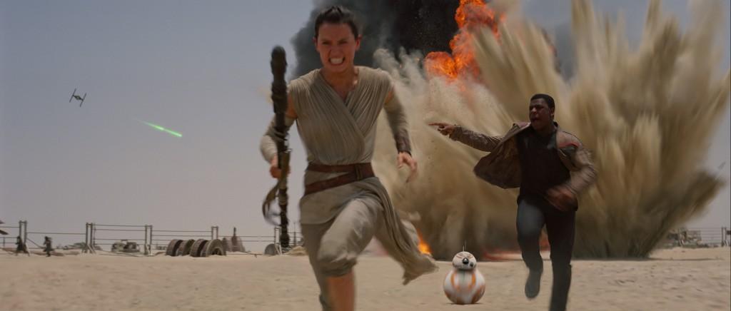 I nuovi protagonisti: Rey (Daisy Ridley), il droide BB-8 e Finn (John Boyega)