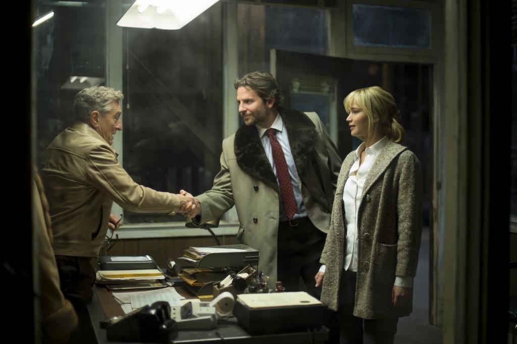 Robert De Niro, Bradley Cooper e Jennifer Lawrence in una scena del film