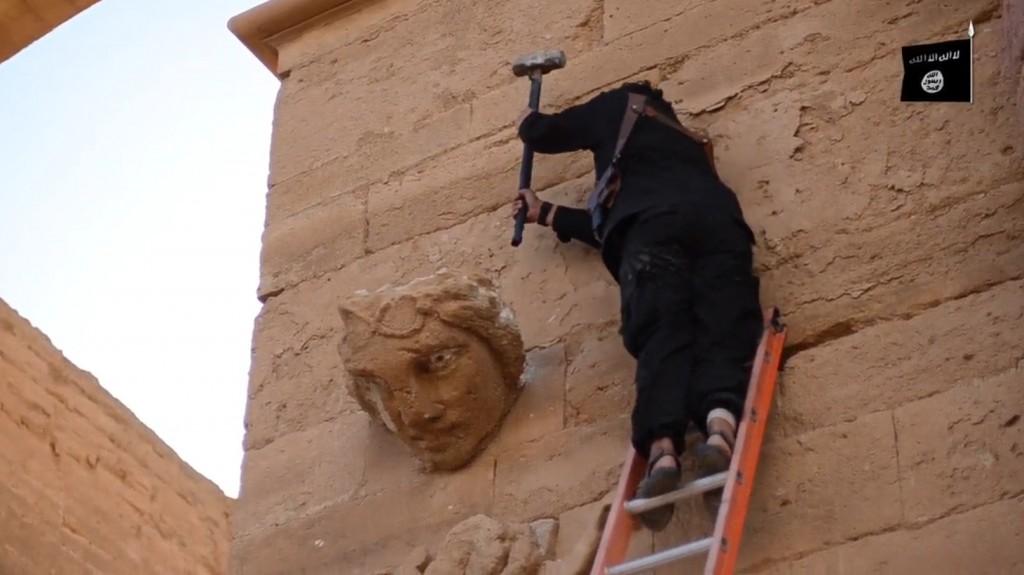 Statua dell'antica città di Hatra devastata da miliziano Isis (Fonte foto: www.parlamentonews.it)