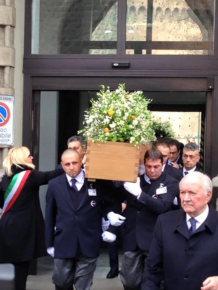 funerali-umberto-eco3-bara-legno