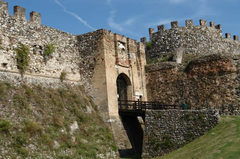 L'ingresso alla Rocca di Lonato (Fonte foto: www.bedandbreakfastlarocca.it)