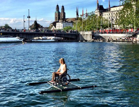 La performance surreale di Maurizio Cattelan: una campionessa paralimpica solca il lago di Zurigo con la sua sedia a rotelle  (Fonte foto: www.arttribune.com)