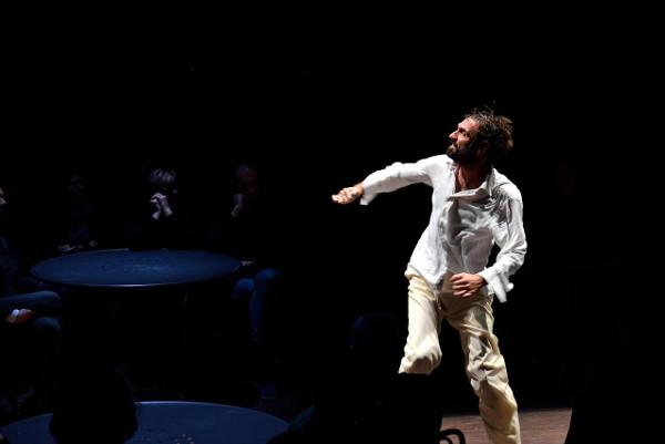 Fabrizio Gifuni durante la sua performance