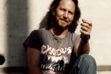 Eddie Vedder tuttofare: a un live dei Pearl Jam rasa i dread di un fan