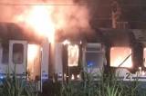 Paura nella notte vicino a Pisa, treno Intercity in fiamme