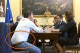 La 'panza' di Matteo Renzi. La Rete lo 'sgama' e lui rimette la giacca