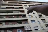 Milano, due ragazzi precipitano dal settimo piano di un palazzo