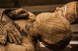 Storie macabre: becchino scatta foto con cadavere mummificato