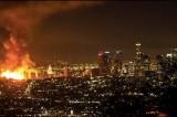 VIDEO Spettacolare incendio a Los Angeles. 250 pompieri e autostrade chiuse